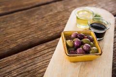 Marinierte Olive, Rosmarin mit Olivenöl und Balsamico-Essig auf Tabelle Stockfoto