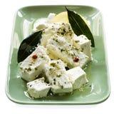 Marinierter Feta-Käse mit Schacht-Blättern Lizenzfreies Stockfoto