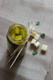 Marinierter harter Kuhkäse im Olivenöl Stockfoto