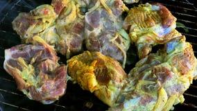 Mariniertes köstliches vorbereitendes Schweinefleisch über dem an Grill stock video footage