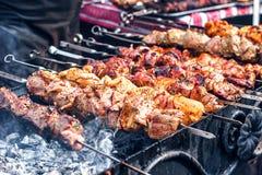 Mariniertes shashlik, das auf einen Grillgrill über Holzkohle sich vorbereitet Shashlik oder Kebab populär in Osteuropa Lizenzfreie Stockfotos