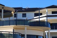 Marino Eagle selvaggio che si siede su un balcone di una casa australiana residenziale moderna alla costa vicino a Perth fotografia stock
