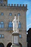 marino SAN Δημαρχείο και άγαλμα της ελευθερίας στο κεντρικό τετράγωνο Στοκ Εικόνα