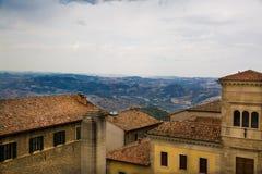 marino SAN Όμορφη άποψη στα βουνά πίσω από τα σπίτια με το ο Στοκ Εικόνες
