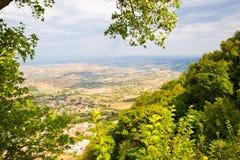 marino san Деревья обрамляют к зеленой долине Красивый вид к Стоковые Фотографии RF