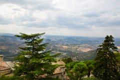 marino san Деревья обрамляют к зеленой долине Красивый вид к Стоковые Изображения RF