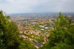 marino san Деревья обрамляют к зеленой долине Красивый вид к Стоковые Фото