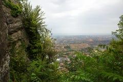 marino san Деревья обрамляют к зеленой долине Красивый вид к s Стоковые Изображения RF