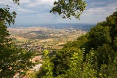 marino san Деревья обрамляют к зеленой долине Красивый вид к s Стоковое Фото