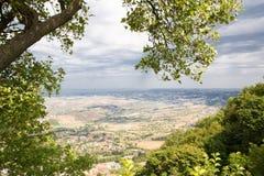 marino san Деревья обрамляют к зеленой долине Красивый вид к s Стоковые Фото