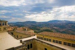 marino san Красивый вид к горам за домами с o Стоковое Изображение RF