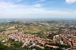 marino san Эмилия-Романья Взгляд на городке с красными крышами на предпосылке голубого неба, горизонтальный взгляд Стоковые Фото
