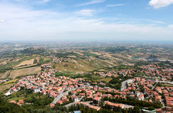 marino san Emilia-Romagna Sikt på stad med röda tak på bakgrund för blå himmel, horisontalsikt Arkivfoton