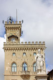 marino san Staty av frihet nära Palazzoen Pubblicco Arkivfoton