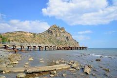 Marinpir och sikten på Karadag royaltyfri fotografi