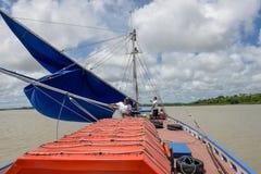 Marins sur un vieux voilier dans le sao Luis sur le Br?sil photographie stock