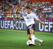 Mario Gomez von Deutschland steuert einen Ball lizenzfreie stockbilder