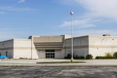 Marion - Circa April 2017: För en tid sedan stängt med fönsterluckor bryner återförsäljnings- gallerialäge X arkivfoto
