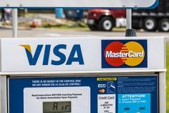 Marion - Circa April 2017: VISUM en Mastercard-Embleem Het VISUM en Mastercard bieden vele betalingsproducten I wereldwijd aan Stock Foto