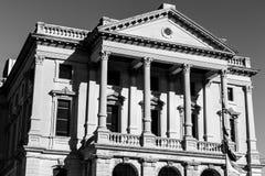 Marion - Circa Januari 2018: Grant County Courthouse i svartvitt I fotografering för bildbyråer