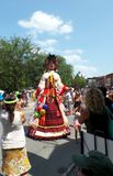Marionet het stellen in de straat met volkeren het letten op Stock Foto's