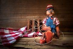 marionet van hout wordt gemaakt dat Stock Afbeelding