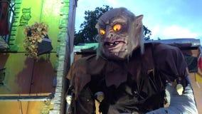 Marioneta del tren de fantasma/el hablar animatronic en Funfair alemán metrajes