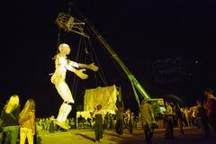 Marioneta gigante manipulada por la grúa enorme Imagen de archivo libre de regalías