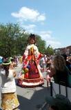 Marioneta que presenta en la calle con la observación de la gente Fotos de archivo