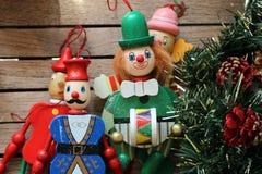 Marionetas coloridas de la decoración de la Navidad foto de archivo