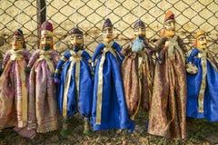 Marionetas coloridas de Rajasthán que cuelgan en la tienda del lago Gadhisar Fotos de archivo