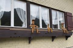 Marionetas de madera en una ventana Fotos de archivo