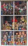 Marionetas de Matryoshka en ventana de la tienda fotografía de archivo