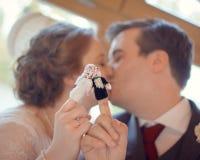 Marionetas del finger de los pares de la boda que se besan Pares casados Imagen de archivo libre de regalías