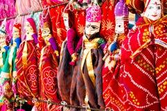 Marionetas indias tradicionales de Rajasthani que dan de una pared Fotografía de archivo libre de regalías