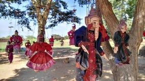 Marionetas que cuelgan de un árbol Fotografía de archivo