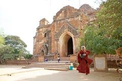 Marionetka przy Dhammayangyi świątynią, Bagan, Myanmar Obraz Royalty Free