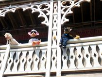 Marionetten-Trio, das von einem Balkon schaut Lizenzfreies Stockfoto