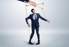 Marionettenzakenman leaded door een reusachtige hand royalty-vrije stock afbeelding