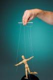 Marionnette d'image dans les mains du marionnettiste image libre de droits