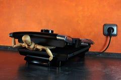 Marionnette dans un gril de table Photo stock
