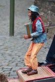 Marionnette de musicien de rue jouant l'accordéon images libres de droits