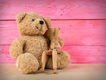 Marionnette en bois avec un ours de nounours Photographie stock libre de droits