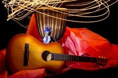 Marionnette en bois d'un petit garçon gai avec une guitare et un tambour Images libres de droits