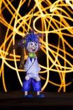 Marionnette en bois d'un petit garçon gai avec une guitare et un tambour Image stock