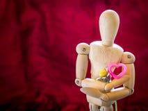 Marionnette en bois de la vie et coeur toujours rose Images libres de droits