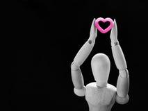 Marionnette en bois de la vie et coeur toujours rose Photographie stock