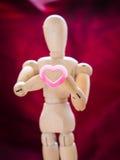 Marionnette en bois de la vie et coeur toujours rose Photo stock