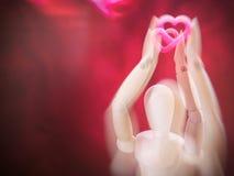 Marionnette en bois de la vie et coeur toujours rose Images stock