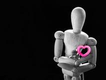 Marionnette en bois de la vie et coeur toujours rose Image libre de droits